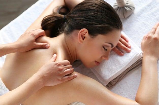 modelo-femenino-masaje-spa_144627-45562