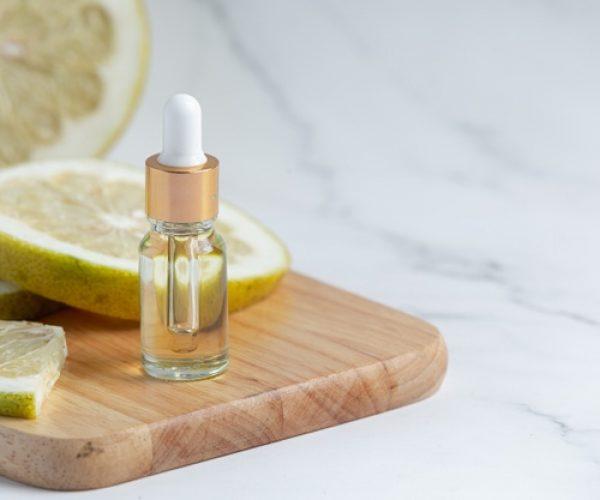 botella-suero-aceite-pomelo-puesta-sobre-fondo-marmol-blanco_1150-28086