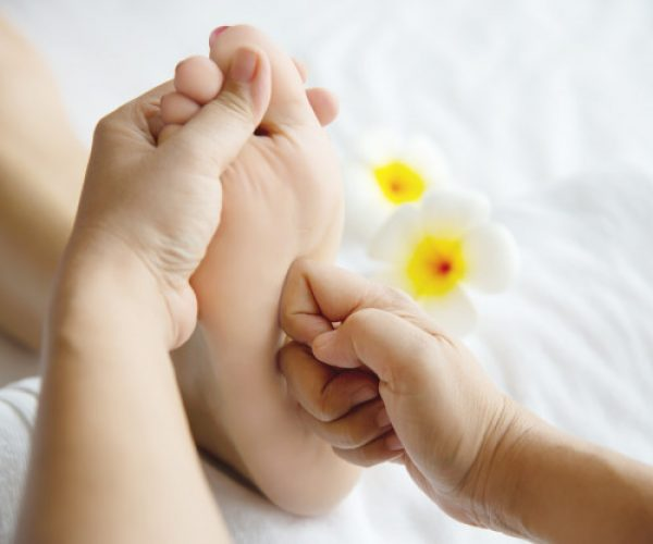 mujer-que-recibe-servicio-masaje-pies-masajista-cerca-mano-pie-relajese-concepto-servicio-terapia-masaje-pies_1150-13723