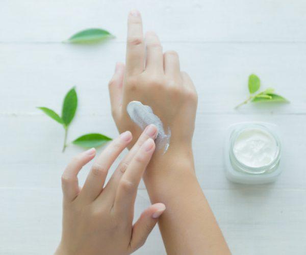 mujer-sostiene-frasco-crema-cosmetica-sus-manos_1150-11718
